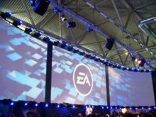 Стенд EA хоть и находился в конце первого зала, но на нем были самые большие экраны